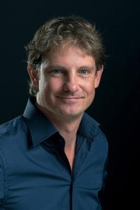 Portretfotograaf Rob Severijnen van Photoworkx staat bekend om zijn persoonlijke linkedIn-foto's en profielfoto's. Gevestigd in Den Haag.